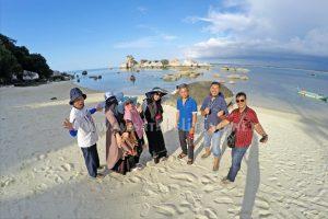 wisatawan paket tour non hotel belitung 2d1n ber foto di pulau batu garuda