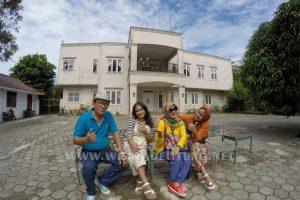 peserta paket family 4d3n berfoto didepan rumah ahok
