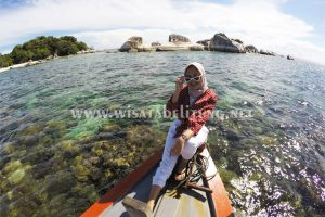 wisatawan paket tour 4d2n berfoto di pulau batu garuda belitung